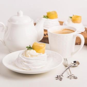 Dessert de fête pavlova léger à base de meringue, kurt au citron et crème fouettée