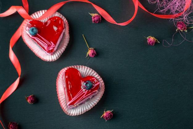 Dessert en forme de coeur sur une planche en ardoise, soirée romantique, pose à plat au-dessus de la tête