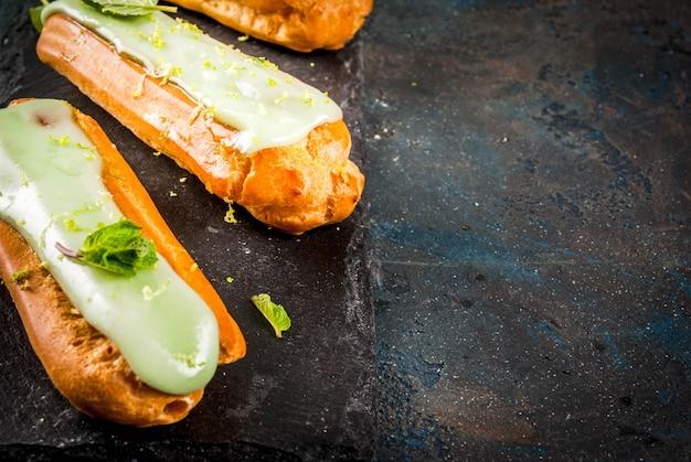 Dessert français traditionnel. mojito eclairs au zeste de lime et feuilles de menthe