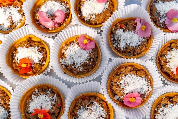 Dessert de fruits aux noix sur panier à pâtisserie. variété de collations. vue depuis le sommet. fermer.