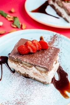 Dessert garni de cacao et de fraises