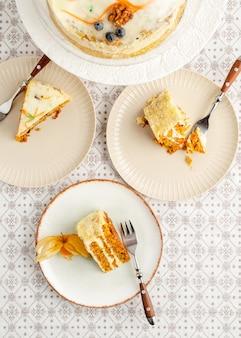 Dessert gâteau aux carottes fait maison servi sur trois assiettes