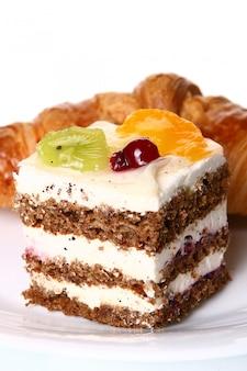Dessert gateau aux fruits avec de la confiture