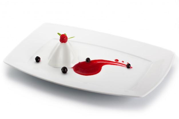 Dessert à la gelée avec des baies sur une plaque blanche