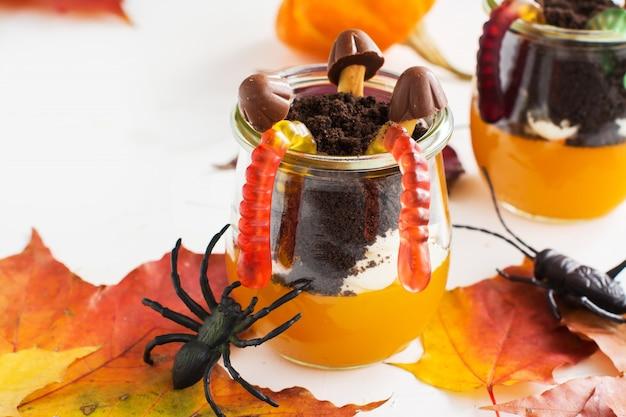 Dessert halloween en couches dans des bocaux en verre