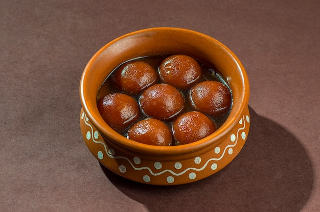 Dessert indien: gulab jamun en pot d'argile