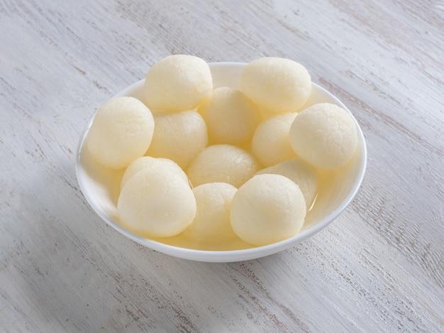 Dessert indien rasgulla servi dans un bol