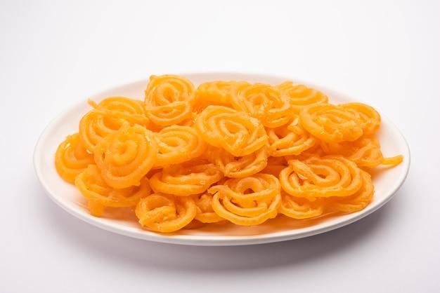 Dessert jalebi servi sur plaque blanche