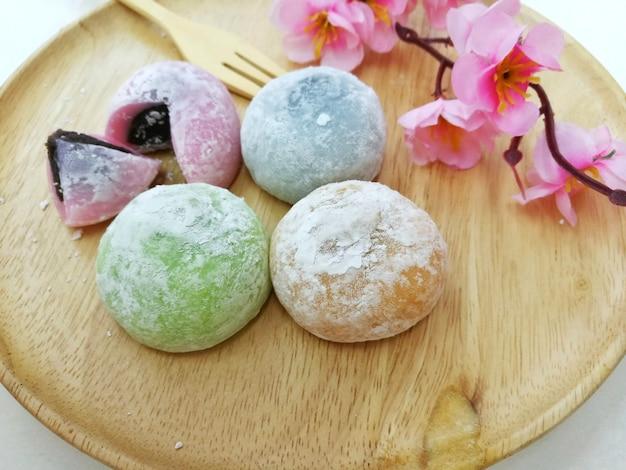 Dessert japonais daifuku mochi sur plaque en bois