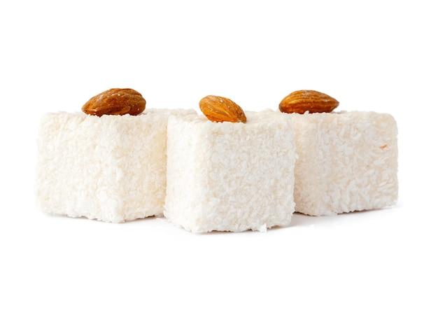 Dessert loukoum isolé sur fond blanc