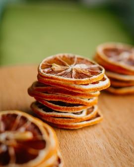 Dessert maison saine tranches de citron séchées sur une surface en bois. mise au point sélective.