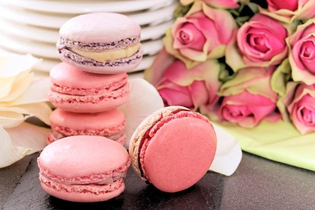 Dessert de mariage avec macarons et roses
