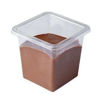 Dessert mousse dans une tasse en plastique à emporter isolé sur blanc