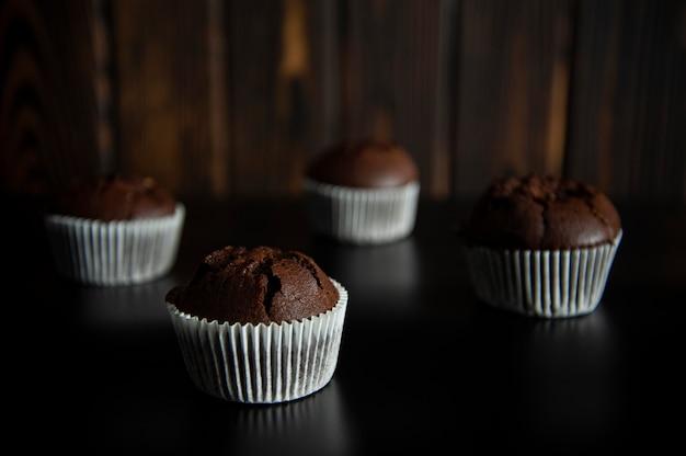 Dessert muffin sur une surface noire sur bois