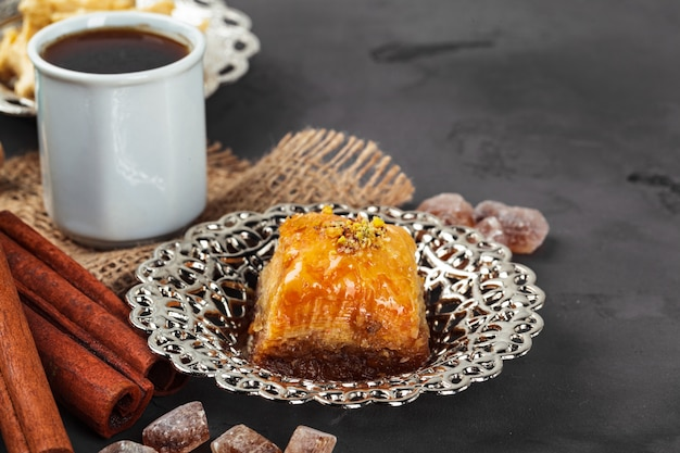 Dessert national baklava turc servi avec du thé