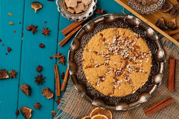 Dessert national halva turc sur table en bois bleu