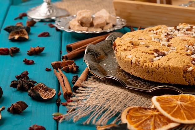 Dessert national turc halva sur table en bois bleu