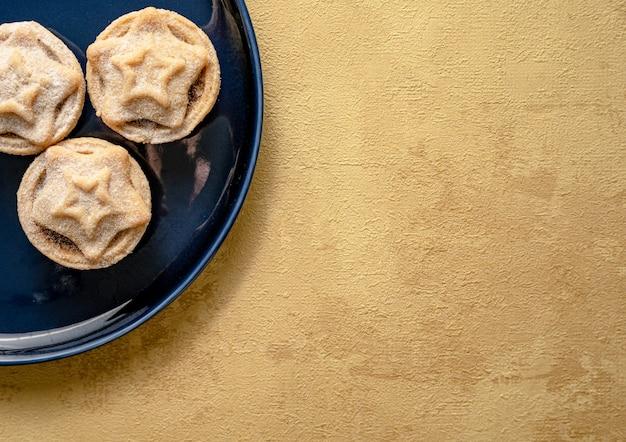 Un dessert de noël traditionnel sur fond beige avec un espace de copie