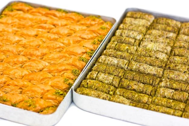 Dessert oriental traditionnel - baklava aux pistaches et aux noix.