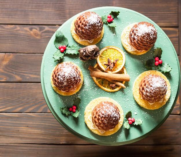 Dessert pâtissier mini mousse en forme de pomme de pin recouvert de velours chocolat noir