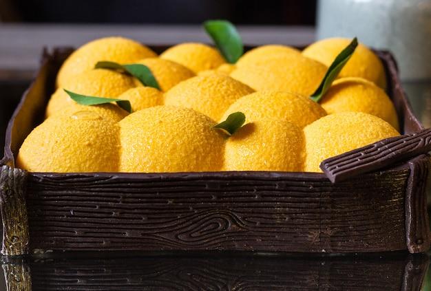 Dessert pâtissier mousse forme orange recouvert de velours orange