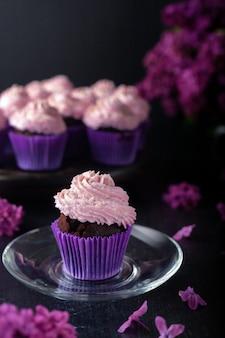 Un dessert populaire pour le thé et le café est les muffins à la crème au beurre.