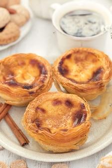 Dessert portugais traditionnel sur plaque blanche pastel de nata