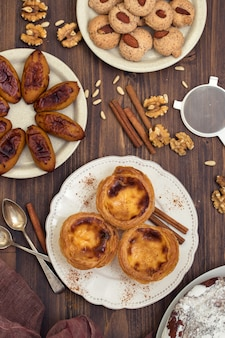 Dessert portugais typique sur plaque blanche pastel de nata