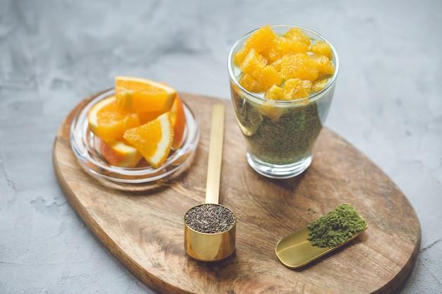 Dessert pudding aux graines de chia et thé vert matcha. concept de super-aliments et végétalien.