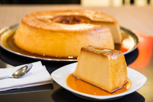 Dessert pudding caramélisé et coloré.