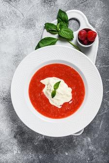 Dessert de purée de fraises et mozzarella stracciatella