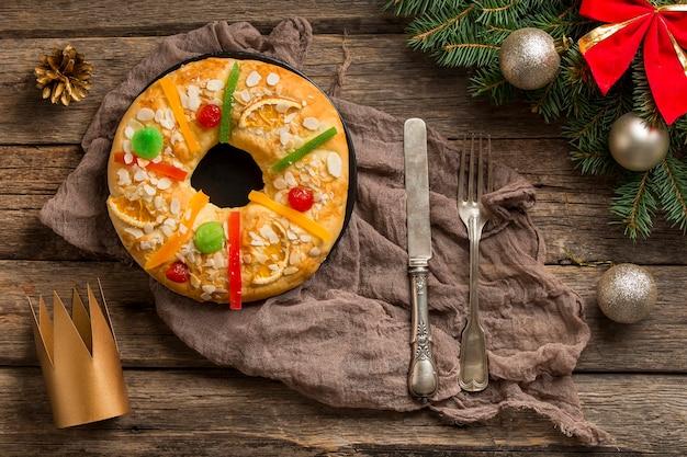 Dessert roscon de reyes avec couverts