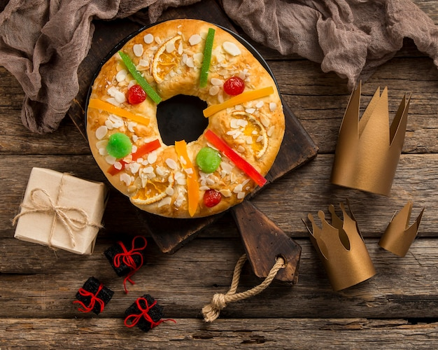 Dessert roscon de reyes et petits cadeaux
