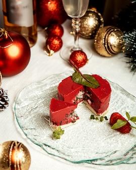 Dessert rouge avec des feuilles sur le dessus