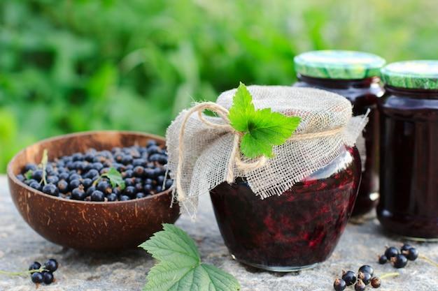 Dessert russe traditionnel. variété de cassis ou confiture dans un bocal en verre de style rustique