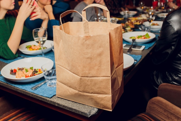 Dessert sac en papier en attente de client sur le comptoir dans un café café moderne, livraison de nourriture, café-restaurant, plats à emporter.