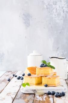 Dessert sain. gâteau pudding fait maison avec crème pâtissière et bleuets.