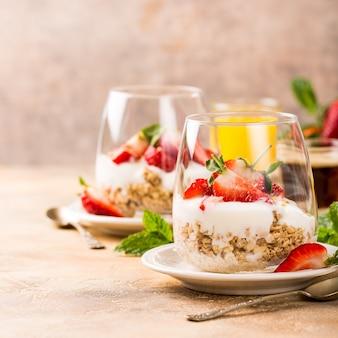 Dessert sain avec granola et petits fruits