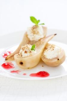 Un dessert savoureux avec des poires et des confitures