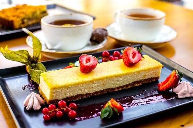 Dessert soufflé vue de face avec des baies et de la confiture sur un plateau