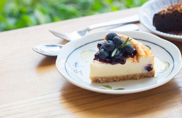 Dessert sucré au fromage et aux myrtilles après le repas