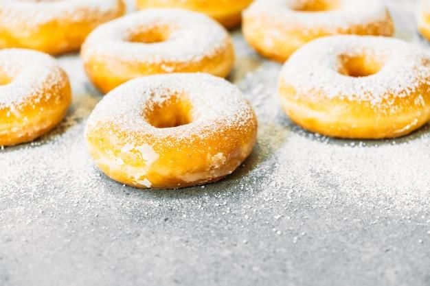Dessert sucré avec beaucoup de beignets