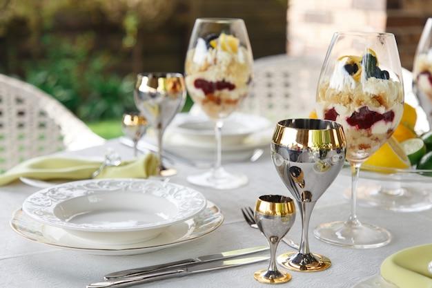 Dessert sucré dans de grands verres sur table servi pour le banquet de mariage