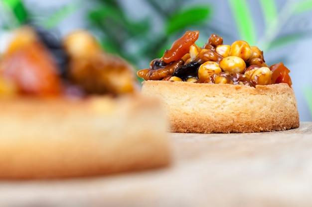 Dessert sucré et délicieux à base d'un grand nombre d'ingrédients, pâtisseries avec un grand nombre de calories à manger en fin de déjeuner, confiserie