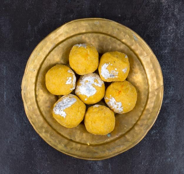 Dessert sucré traditionnel indien besan laddu