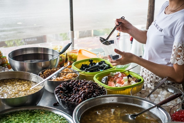 Dessert sucré vietnamien traditionnel che fabriqué à partir de haricots et d'autres ingrédients naturels