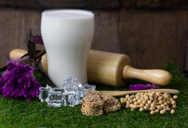 Dessert thaï saupoudrez de graines de sésame et de lait de soja