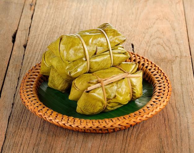 Dessert thaï traditionnel, riz gluant cuit à la vapeur à la banane