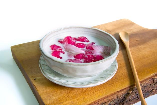 Dessert thaïlandais appelé tub tim krob fait de châtaigne d'eau et sert avec du lait de coco