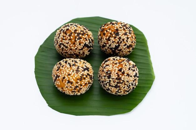 Dessert thaïlandais, kanom kai hong. boules de sésame, haricot mungo garniture